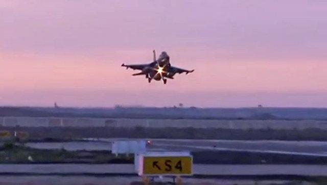 Истребитель ВВС Египта во время посадки на авиабазу. Архивное фото