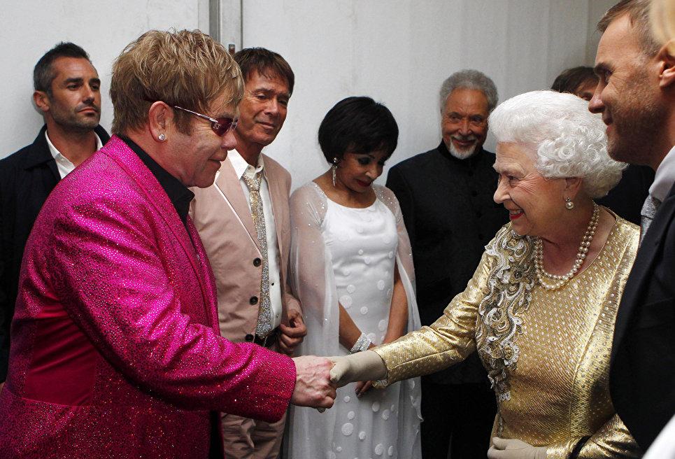 Королева Елизавета II встречает сэра Элтона Джона