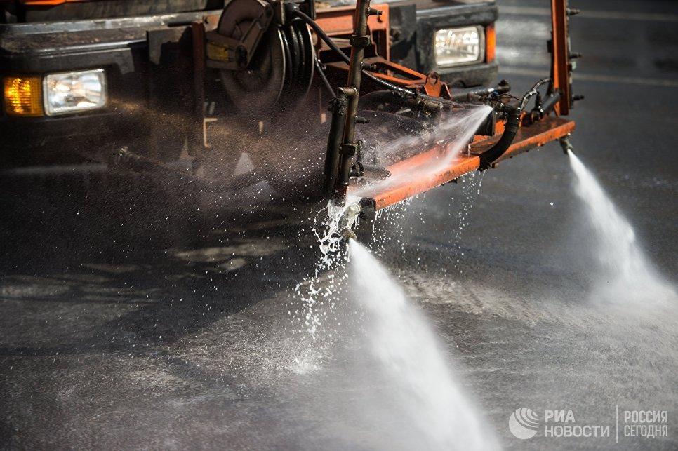 Спецтехника поливает улицы специальным моющим средством в Москве