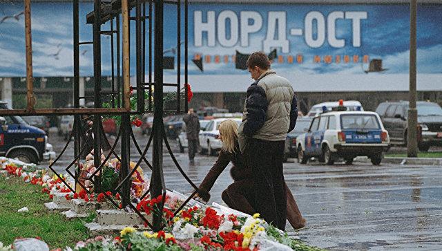 Цветы и свечи у здания Театрального центра на Дубровке. Архивное фото