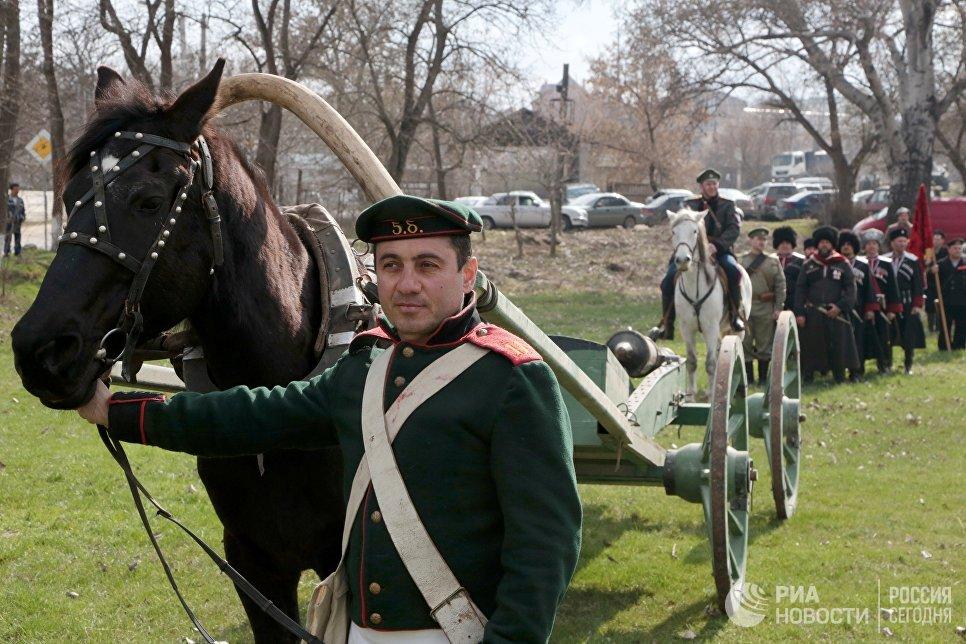 Участники театрализованной постановки Парад эпох на фестивале Крымская весна в селе Мирное