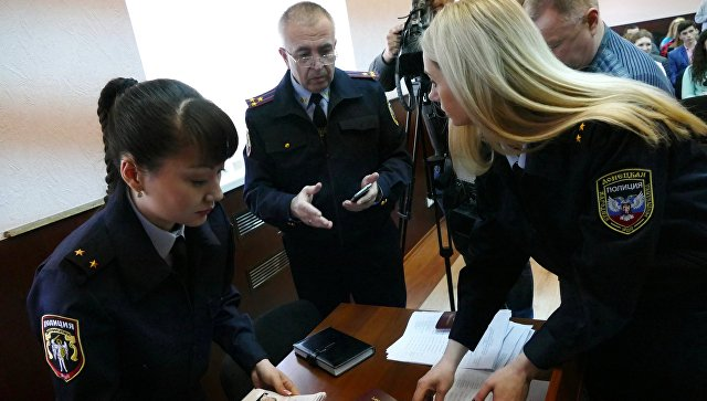 Сотрудники полиции Донецкой Народной Республики готовятся к выдаче паспортов для граждан ДНР в Донецке