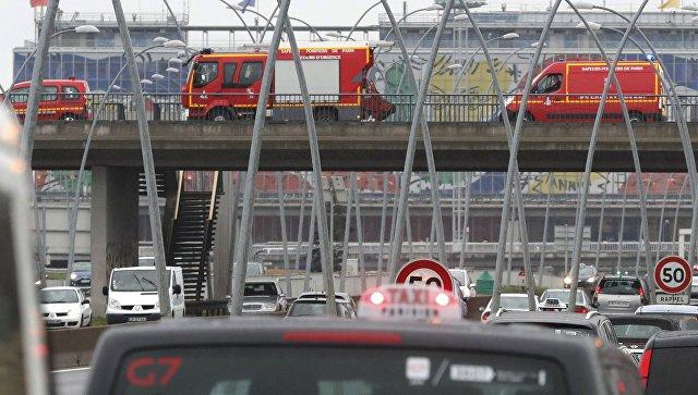 Автомобили экстренных служб у аэропорта Орли в Париже, 18 марта 2017