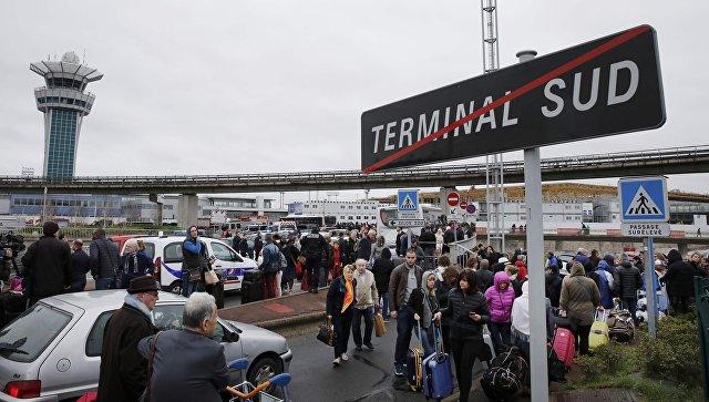Встолице франции один изтерминалов аэропорта возобновил свою работу