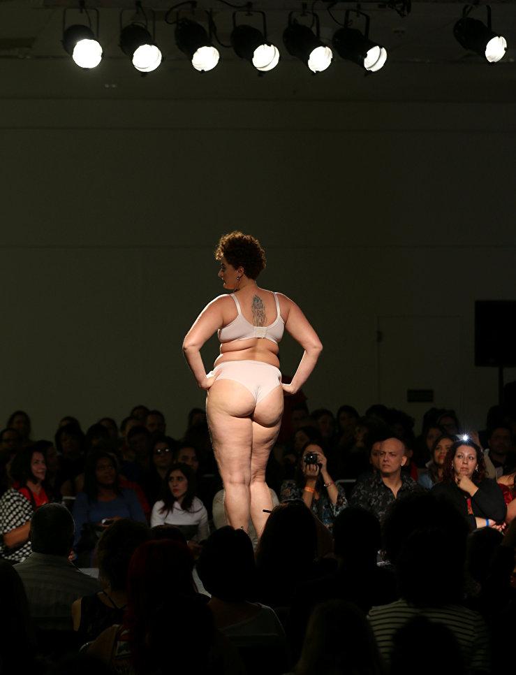 Модель размера плюс на показе в рамках Fashion Weekend Plus Size в Сан-Паулу, Бразилия