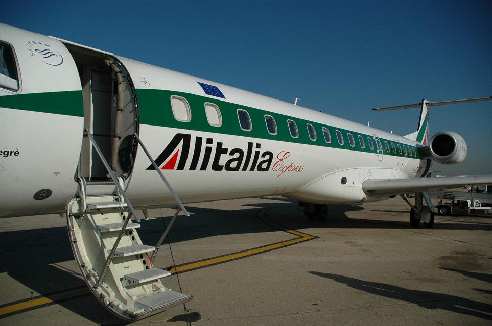 Витальянских аэропортах из-за забастовки отменены рейсы Alitalia