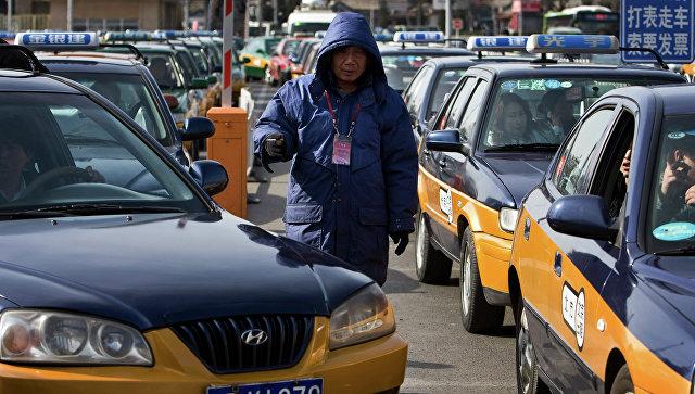 Автомобили такси в центре Пекина. Архивное фото