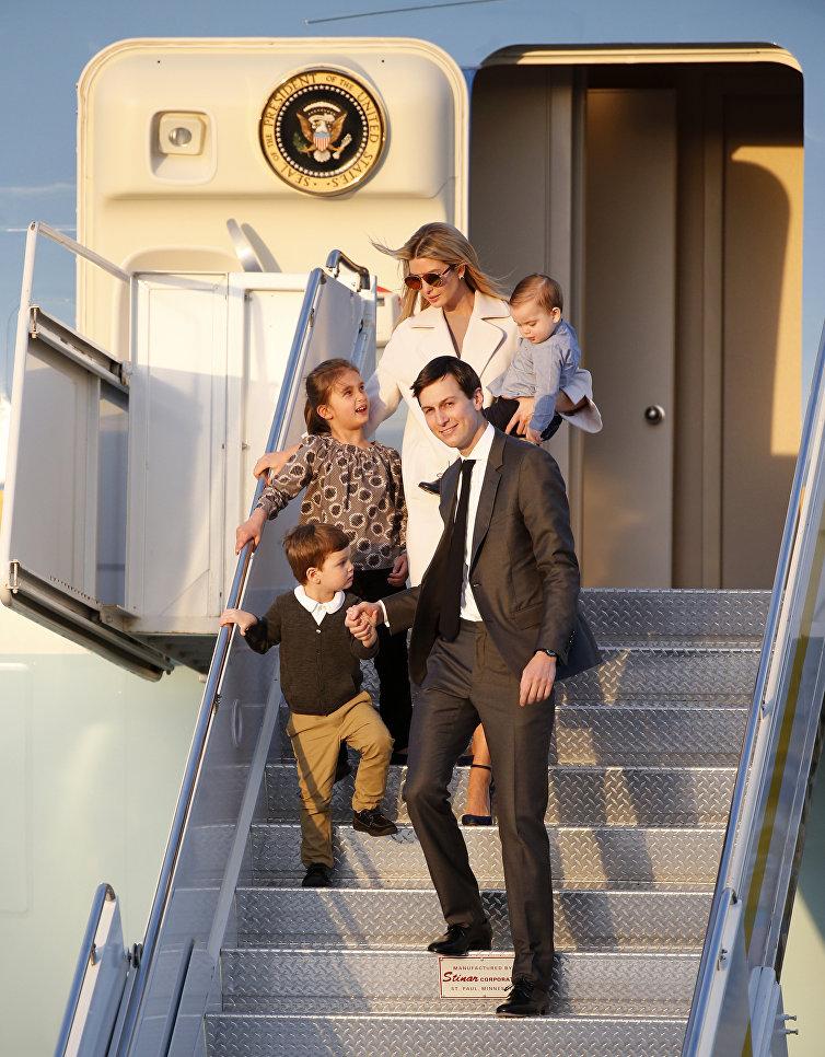 Советник Белого дома Джаред Кушнер и его жена Иванка Трамп с детьми