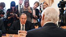 Министр иностранных дел РФ Сергей Лавров и спецпосланник генерального секретаря ООН по Сирии Стаффан де Мистура во время встречи в Москве. 22 марта 2017
