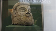 Выставка Крымский мост. Фантастическая реальность в Керчи. Терракотовая скульптура в форме головы мужчины, найденная во время подводных раскопок в Керченской бухте.