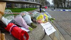 Цветы на месте теракта у здания парламента Великобритании в Лондоне