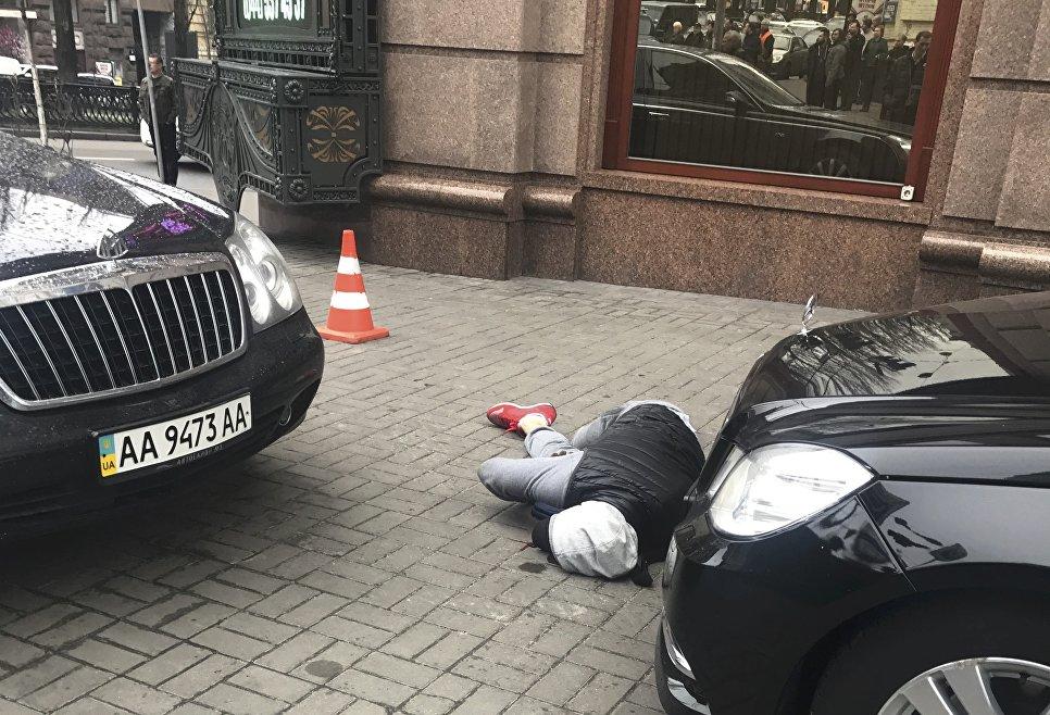 Тело мужчины возле места убийства бывшего депутата Госдумы России Дениса Вороненкова в Киеве, Украина. 23 марта 2017