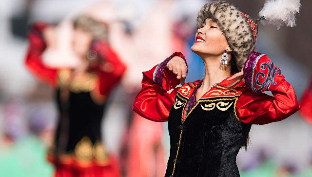 Девушка в народном костюме на праздновании Навруза в Бишкеке