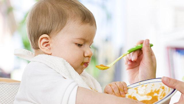 Ребенок ест. Архивное фото