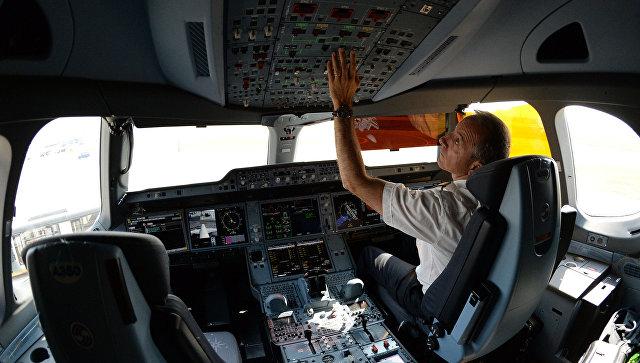 Пилот в кабине самолета. Архивное фото