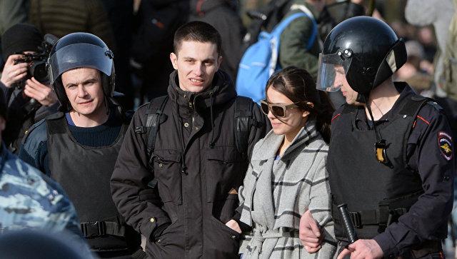 Во время акции в центре Москвы полицейские задержали около 600 человек, в том числе и оппозиционера Алексея Навального