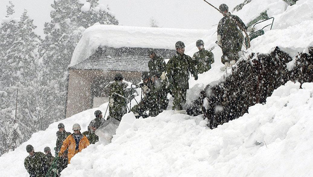 Спасатели на месте схода снежной лавины в Японии