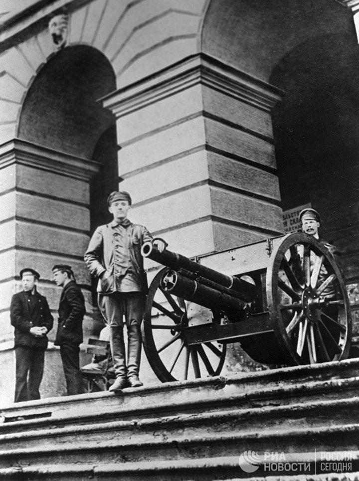 Красногвардейцы и революционные солдаты охраняют Смольный