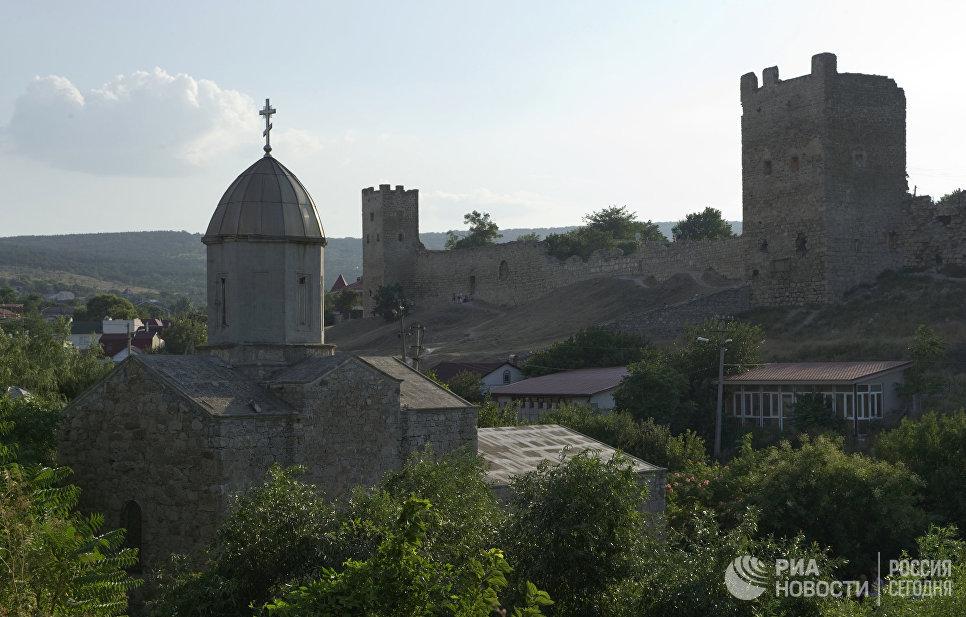 Храм во имя иконы Пресвятой Богородицы Иверская на фоне Генуэзской крепости Кафа