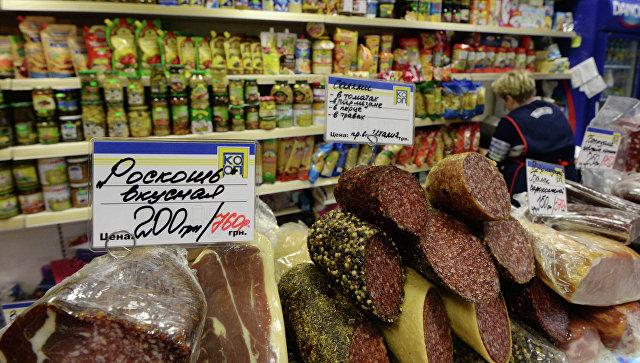 Мясная продукция на крытом рынке. Архивное фото
