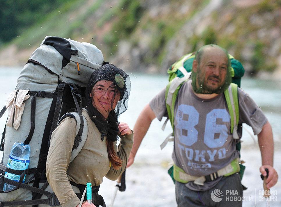 Туристы на пешеходном маршруте в Долине Гейзеров в Кроноцком государственном природном биосферномй заповеднике