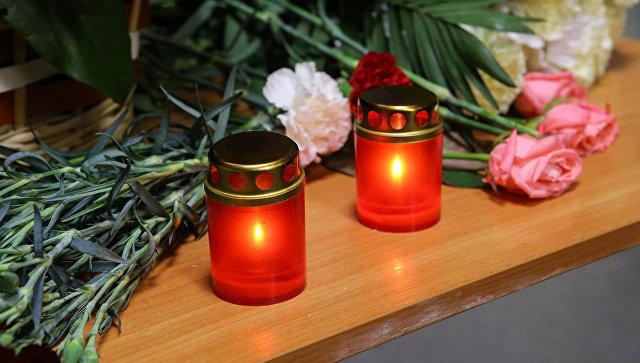 Цветы и свечи. Архивное фото