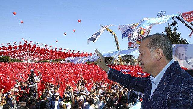 Президент Турции Реджеп Тайип Эрдоган обращается к своим сторонникам после заявления немецких спецслужб. 25 марта 2017 года