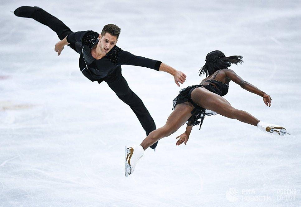 Ванесса Джеймс и Морган Сипре выступают в короткой программе парного катания на чемпионате мира по фигурному катанию в Хельсинки