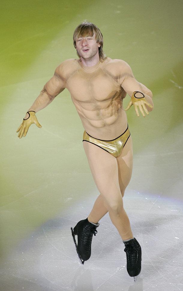 Евгений Плющенко, завоевавший золотую медаль по фигурному катанию на Олимпийских играх-2006 в Турине, выступает на гала-шоу в Сеуле