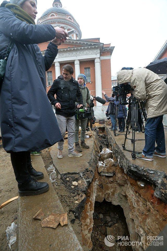 Журналисты у подземной комнаты, обнаруженной археологами у основания Китайгородской стены в Москве