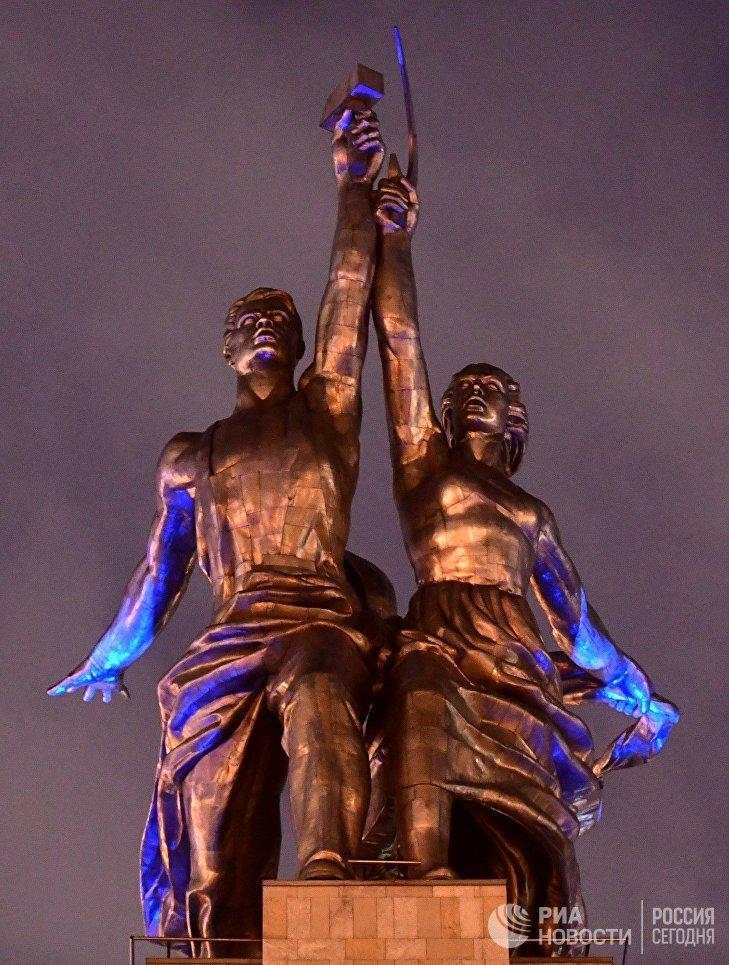 Скульптура Веры Мухиной Рабочий и колхозница у ВВЦ, подсвеченная синим цветом в рамках международной акции Зажги синим