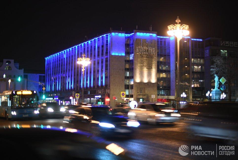 Здание и памятник Пушкину на Тверской улице, подсвеченные синим цветом в рамках международной акции Зажги синим