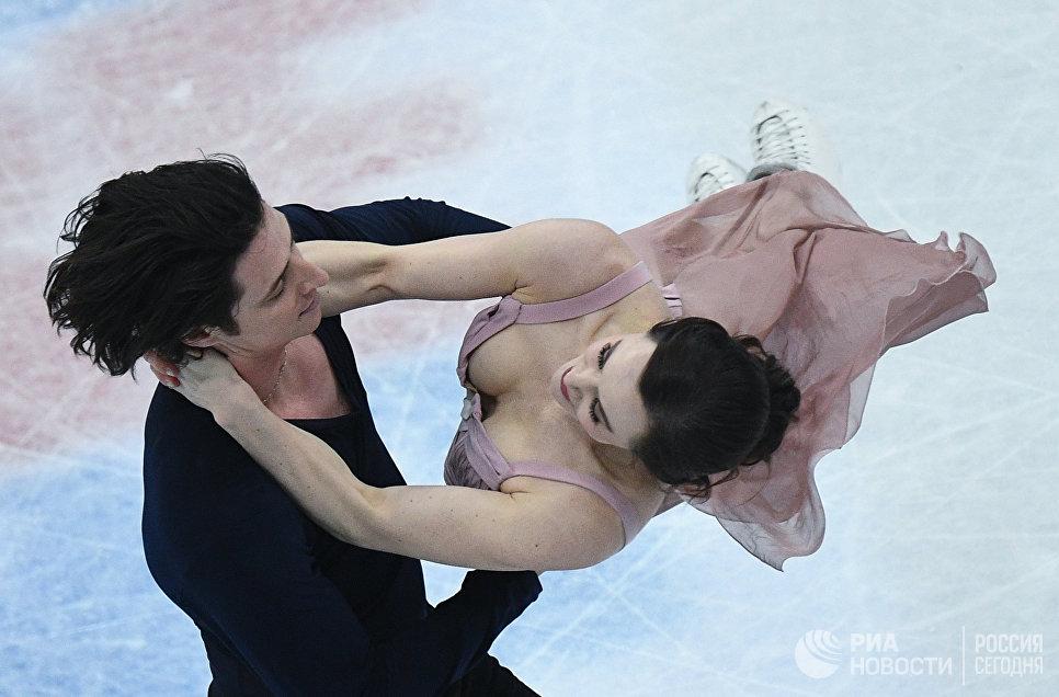 Тесса Вирчу и Скотт Мойр выступают в произвольной программе танцев на льду на чемпионате мира по фигурному катанию в Хельсинки