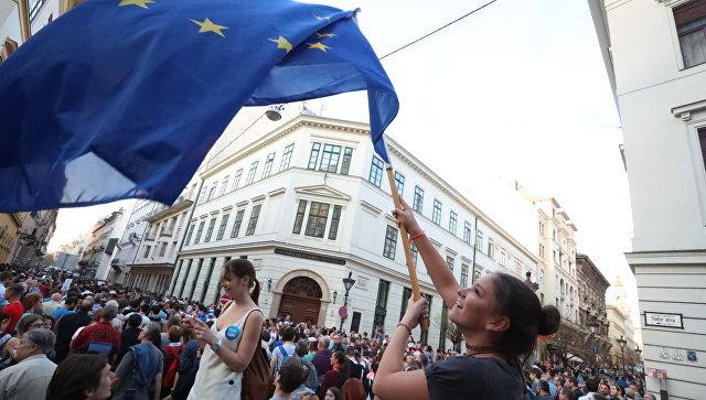 Протесты на улицах Будапешта в поддержку Центрально-Европейского университета, принадлежащего фонду Джорджа Сороса, в Будапеште. Март 2017 года