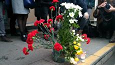 Цветы в память о погибших во время взрыва у станции Сенная площадь в Петербурге