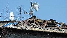 Крыша частного жилого дома, поврежденная во время обстрелов. Архивное фото