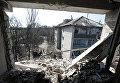 На улице Привокзальной в прифронтовом поселке Донецк-Северный в Донецкой области