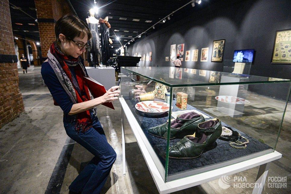 Посетительница на выставке Москва. Мода и Революция в Музее Москвы