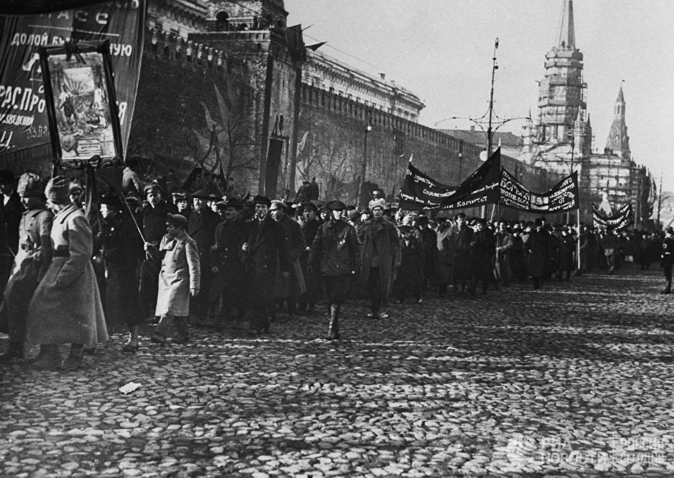 Первомайская демонстрация на Красной площади в Москве. 1917 год