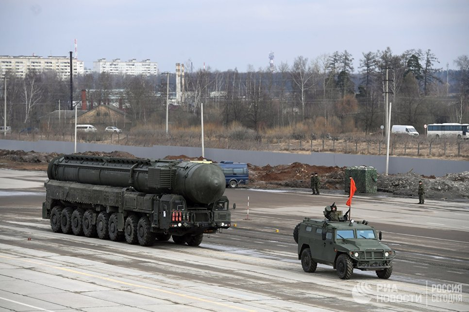 Подвижной грунтовой ракетный комплекс пятого поколения Ярс (слева) и бронеавтомобиль Тигр механизированной колонны Московского гарнизона во время тренировки к военному параду на Красной площади 9 мая 2017 года