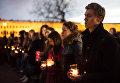 Жители Санкт-Петербурга на Марсовом поле со свечами в память о погибших в результате теракта в метро