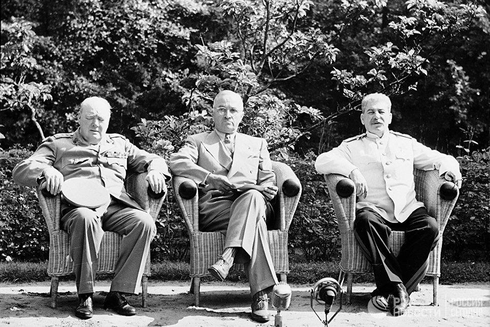 Участники Потсдамской конференции: премьер-министр Великобритании Уинстон Черчилль, президент США Гарри Трумэн, Генеральный секретарь ЦК ВКП (б) Иосиф Виссарионович Сталин