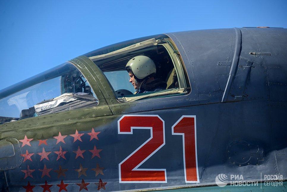 Пилот в кабине самолета во время летно-тактических учений на аэродроме Бутурлиновка Воронежской области