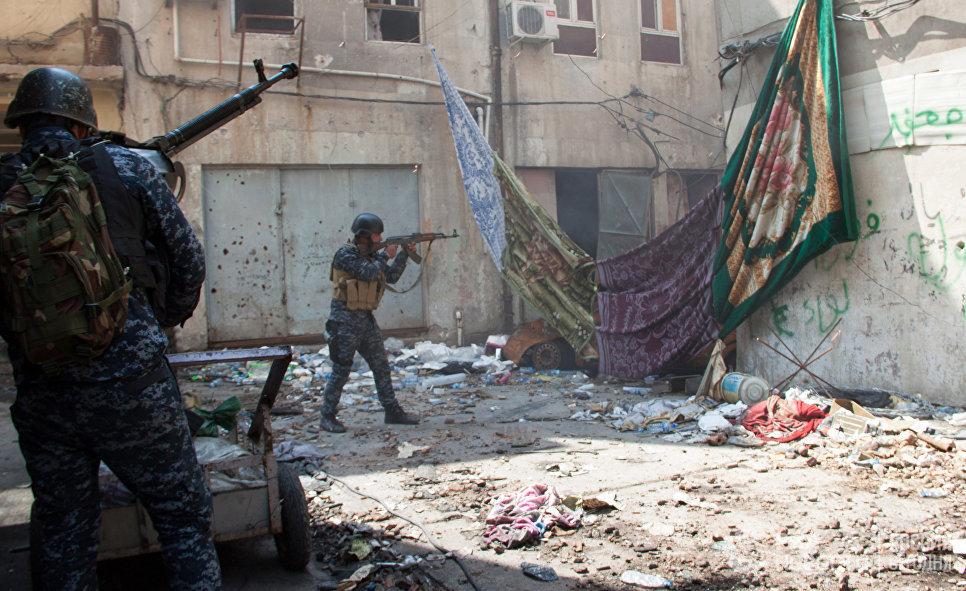 Военнослужащие иракской армии на огневой позиции в Мосуле