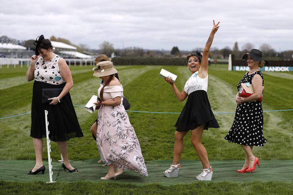 Гости скачек Grand National Festival в Великобритании