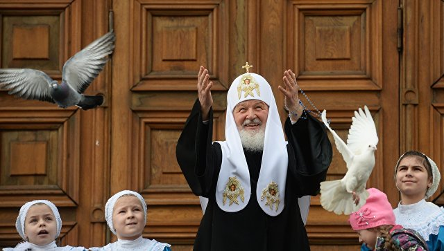 Патриарх Кирилл выпустил внебо голубей вчесть праздника Благовещение