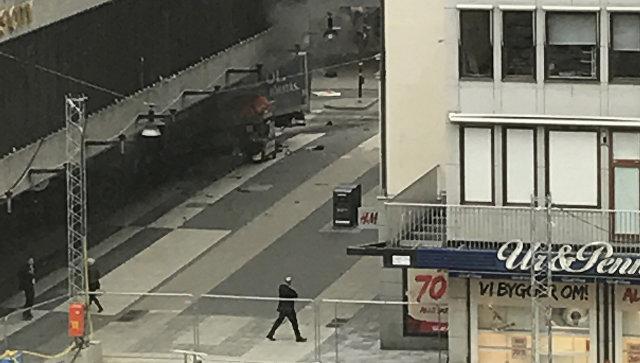 Место наезда грузовика на толпу в Стокгольме. 7 апреля 2017