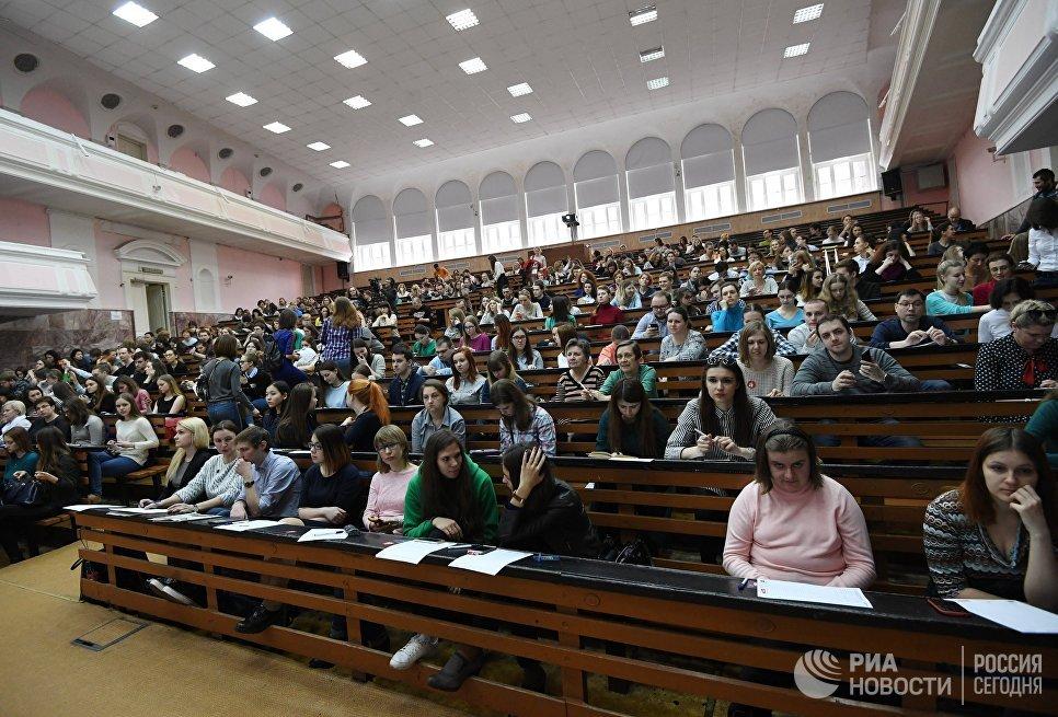 Участники во время ежегодной акции по проверке грамотности Тотальный диктант — 2017 в аудитории Московского педагогического государственного университета