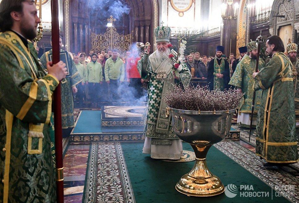 Патриарх Московский и всея Руси Кирилл во время службы в канун Вербного воскресенья в храме Христа Спасителя