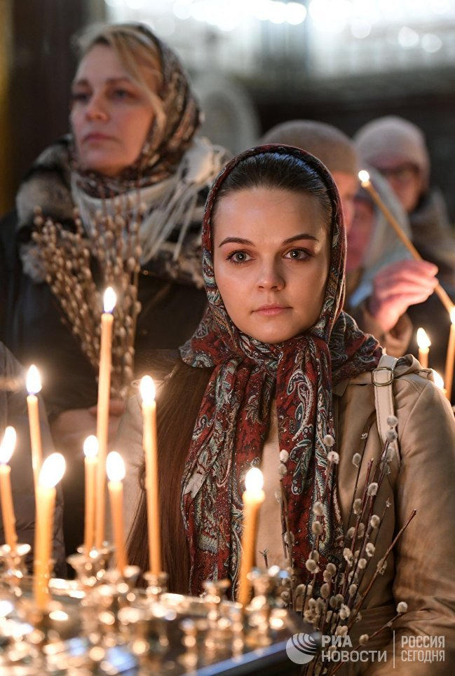Верующие во время патриаршего служения в канун Вербного воскресенья в храме Христа Спасителя